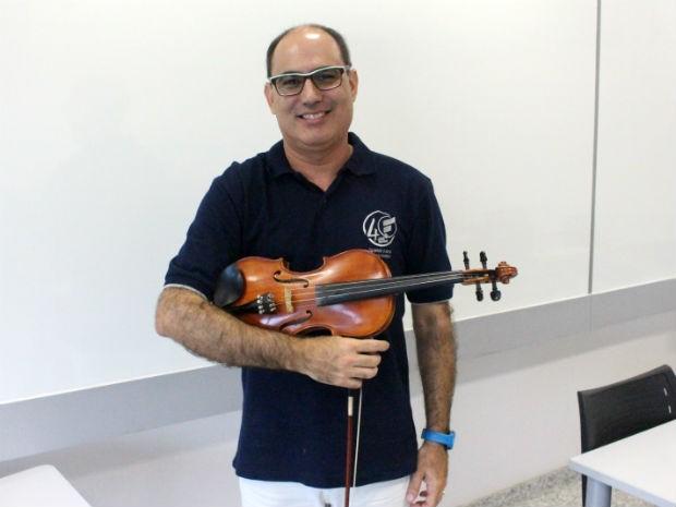 Marcos Vinícius usa a música para ensinar matemática para os seus alunos  (Foto: Gabriel Morelli/G1)