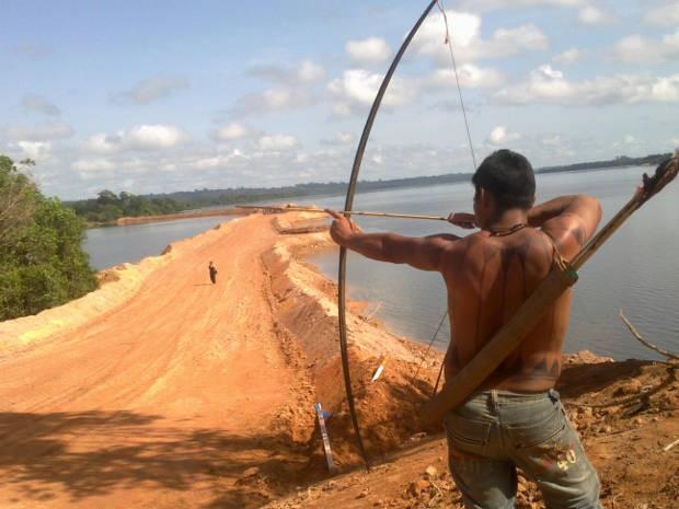 Indio protesta com arco em Belo Monte (Foto: Glaydson Castro / TV Liberal)