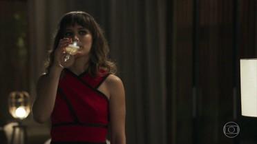 Clara comemora com Patrick e garante que vai se vingar de Gael