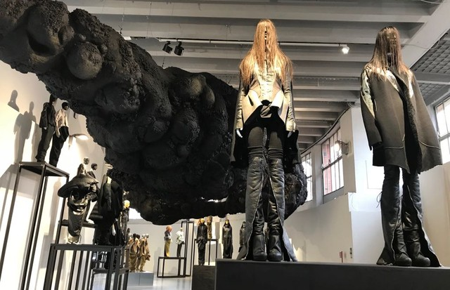 The Rick Owens exhibition at the Triennale in Milan. His own hair is included in the outsized organic coil suspended from the ceiling... (Foto: OWENS CORP)