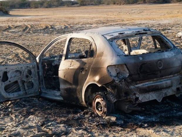 Um dos veículos utilizados pelos criminosos em Guamaré foi abandonado e incendiado (Foto: Josivan Dantas)