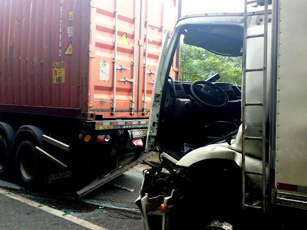 Cinco veículos se envolverm em acidente na Anchieta (Foto: Roberto Strauss/G1)