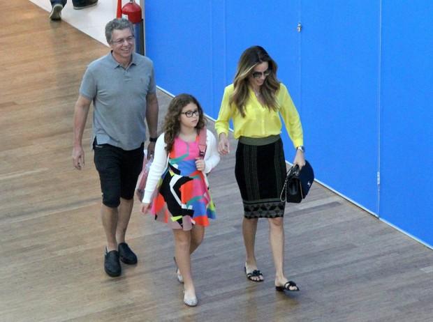 Boninho com sua esposa Ana Furtado e filha passeiam por shopping (Foto: J Humberto / AgNews / Divulgação )