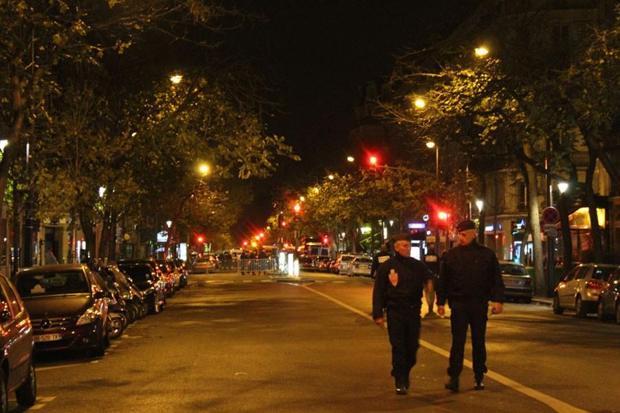 Policiais vagam por ruas desertas de Paris na noite se sexta-feira (13) (Foto: Felipe Maia)