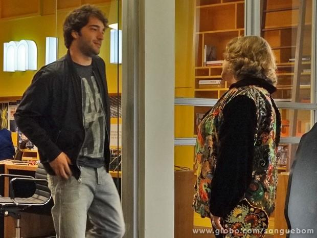 Madá finge que engole as histórias de Fabinho e sonda o que rapaz sabe sobre seus verdadeiros pais (Foto: Sangue Bom/ TV Globo)