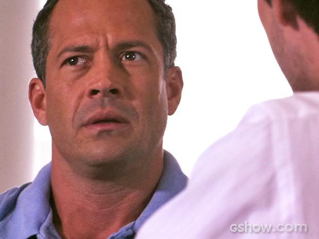 Bruno fica passado com a informação (Foto: Amor à Vida/TV Globo)