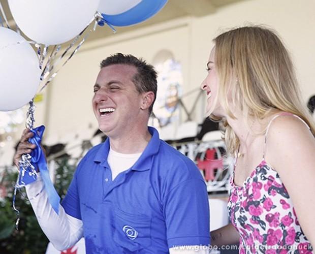 Luciano Huck segurando balões ao lado de Angélica  (Foto: Caldeirão do Huck/TV Globo)