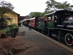 Passageiros aguardam embarque na Maria Fumaça na Estação de Anhumas, em Campinas (Foto: Roberta Steganha/ G1)