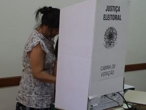 Mulher vota na Escola Barão do Rio Branco, maior colégio eleitoral de Catanduva (SP) (Foto: Vanessa Mauri/TV Tem)