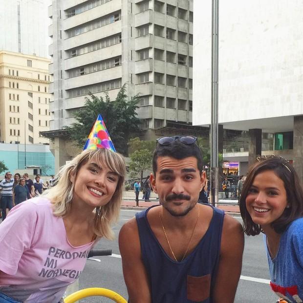 Maria Casadevall e Bruna Marquezine com fã (Foto: Instagram / Reprodução)