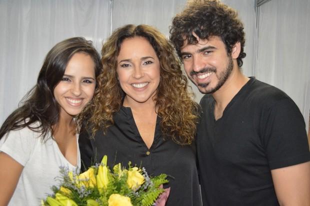 Daniela Mercury recebe flores dos filhos, Giovana e Gabriel (Foto: Felipe Souto Maior / AgNews)