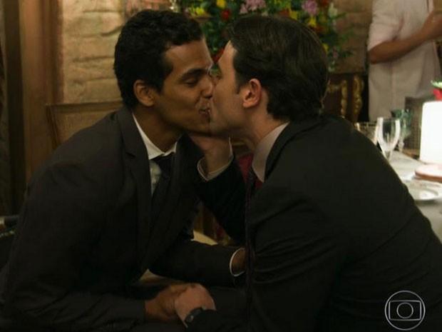 Marcello Melo Jr. e Claudio Lins se beijam em Babilônia (Foto: Twitter/ Reprodução)