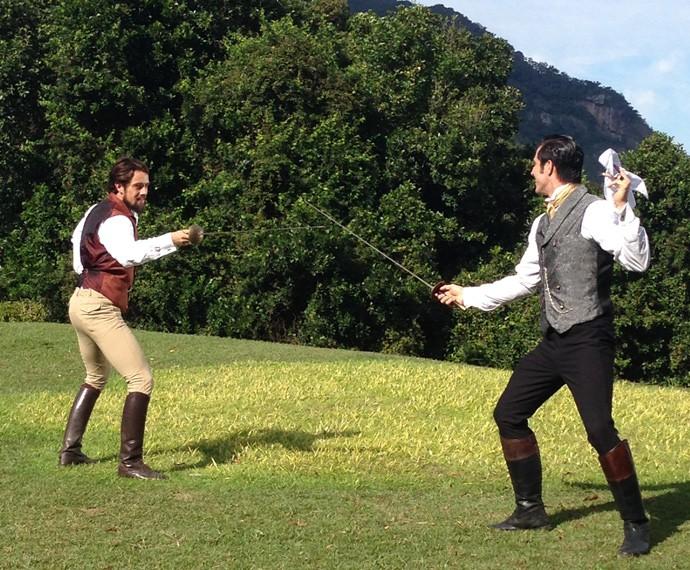 Atores gravam duelo de esgrima entre Conde Felipe e Roberto (Foto: Carolina Rios/Gshow)