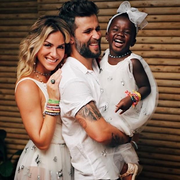 Bruno Gagliasso posa com Giovanna Ewbank e Titi (Foto: Reprodução / Instagram)