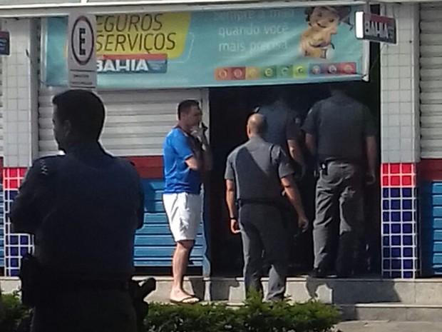 Polícia negocia com assaltantes, que mantém reféns (Foto: Aplicativo/TEM Você)