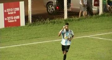 Léo do Sparta comemorando como Jessuí, com a 'chuteira-fone' (Foto: Reprodução/TV Anhanguera)