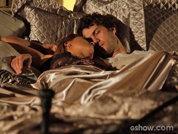 Laerte acaba na cama com Shirley após procurar consolo (Foto: Pedro Curi/ TV Globo)