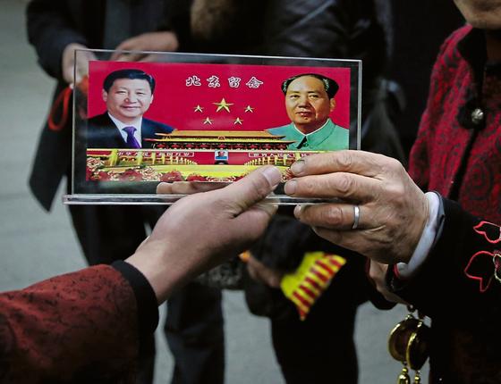 Suvenir á venda em Pequim durante o congresso do Partido Comunista.Xi foi alçado ao mesmo status de Mao (Foto:  Feng Li/Getty Images)