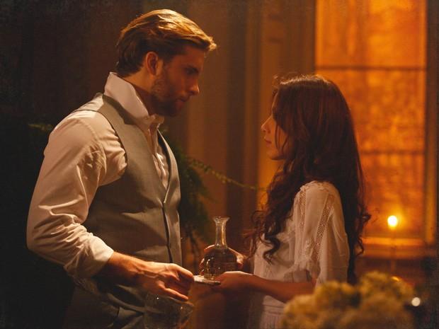 Laura e Edgar disfarçam o desejo de se aproximarem (Foto: Lado a Lado / TV Globo)
