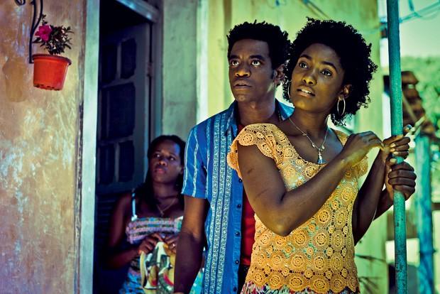 VIDA DURA, GENTE BELA Conceição (Érika Januza), que trabalhou em carvoaria na infância, e seu par romântico, Cleiton (Fabrício Boliveira), que se envolve com o crime (Foto: AF Rodrigues/Rede Globo)