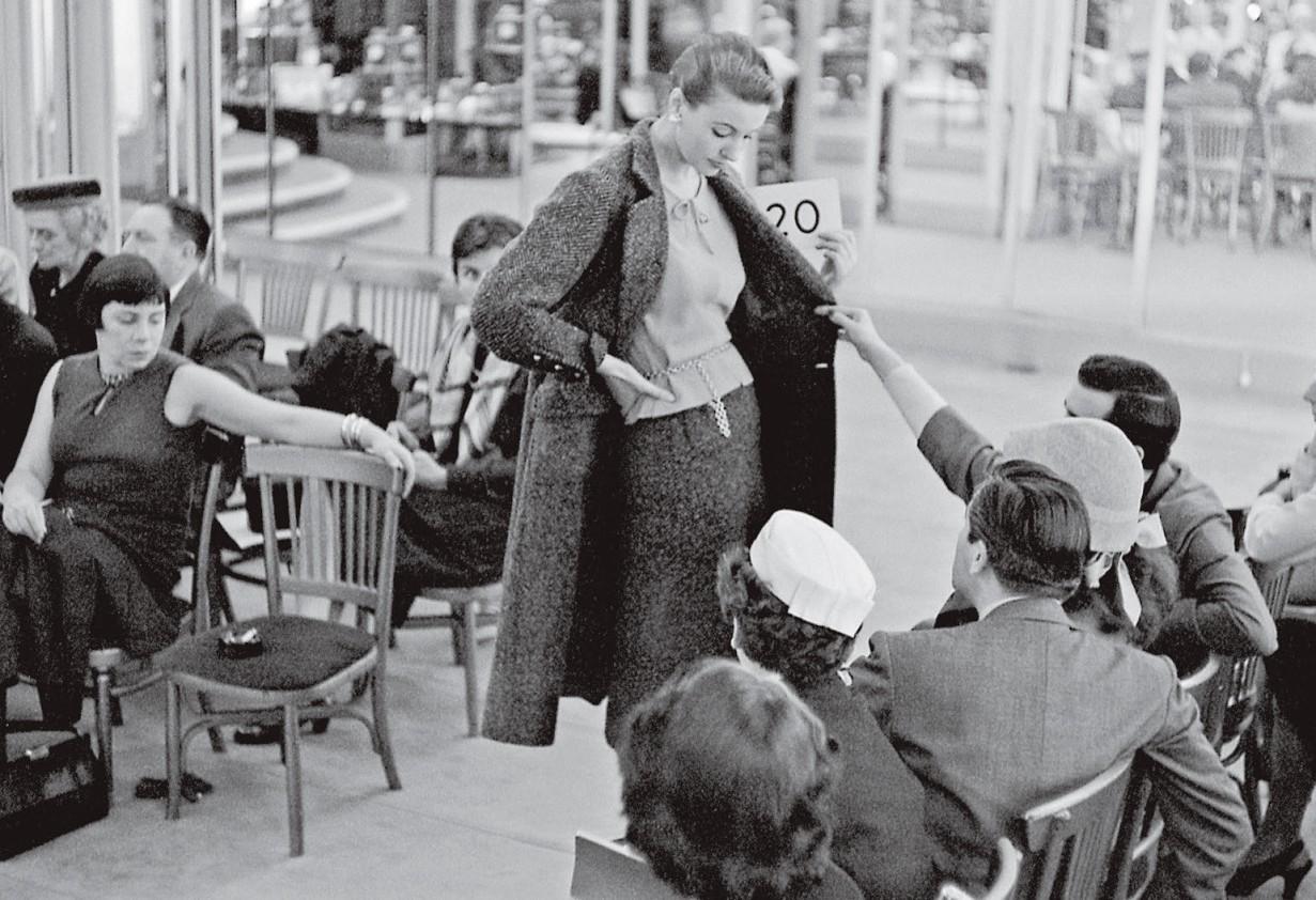 Desfile intimista de sua coleção de alta-costura inverno 1956 (Foto: Divulgação)