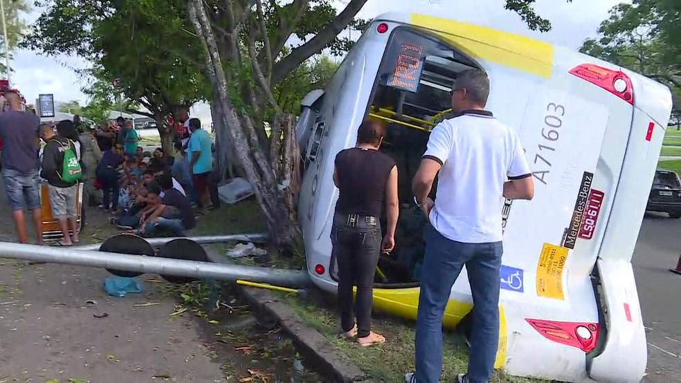 Ônibus tombou perto do Aeroporto Santos Dumont e deixou feridos (Foto: Reprodução/GloboNews)