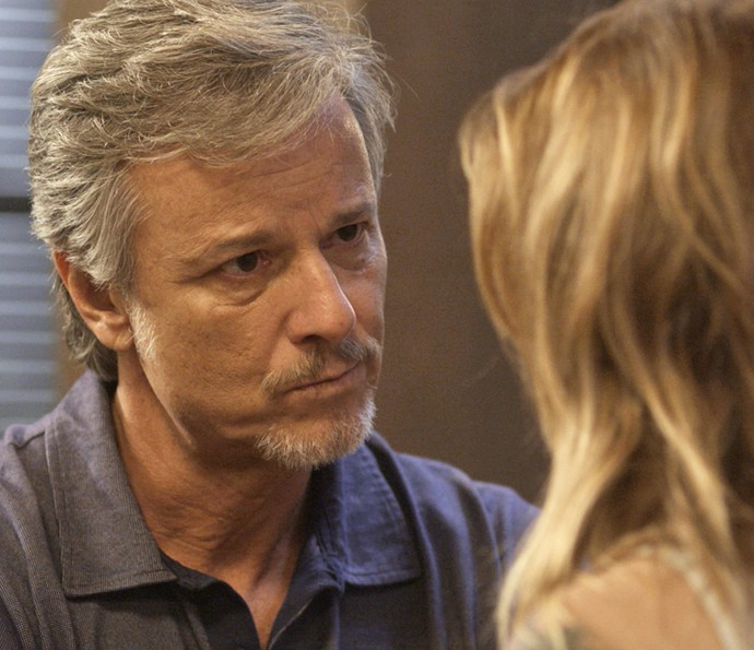 Vittorio escuta história da gravidez de Lenita (Foto: TV Globo)