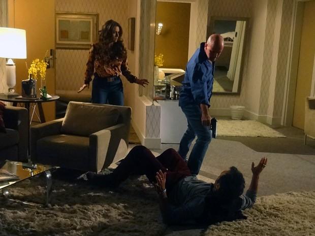 Helô pega Zyah brigando com Almir e derruba o guia no chão (Foto: Salve Jorge/TV Globo)
