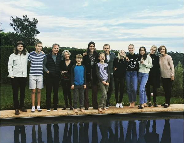 A atriz Melanie Griffith com sua família (Foto: Instagram)