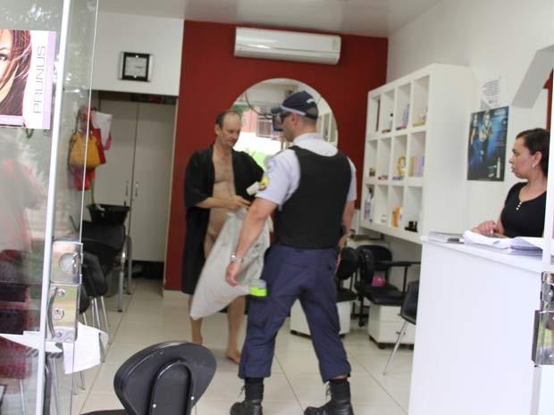 Policial conversa em saao de beleza com homem que andava pelado por avenida de Brasília  (Foto: Vianey Bentes/TV Globo)