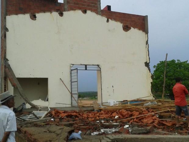 Igreja não resistiu ao temporal e acabou desmoronando  (Foto: G1)