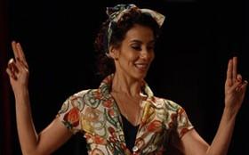 Tania Khalill aparece com os fios para lá de vermelhos para viver a bailarina Dália