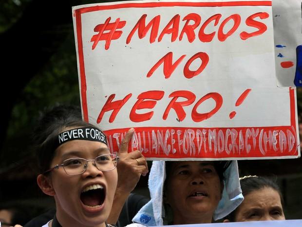 Manifestante protesta nesta sexta-feira (18) contra o enterro do ditador Ferdinand Marcos em cemitério dos Heróis, nas Filipinas  (Foto: Romeo Ranoco /Reuters)