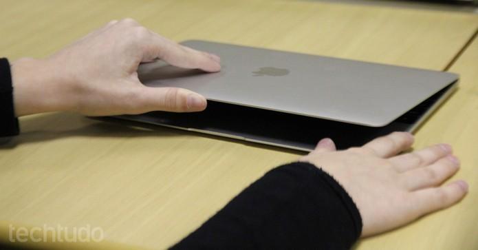 Bateria do Macbook promete durar o dia todo de trabalho, assim como no Spectre (Foto: Carol Danelli/TechTudo)