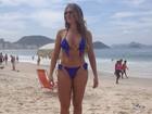 De biquíni, ex-BBB Fabiana Teixeira mostra corpão em dia de praia