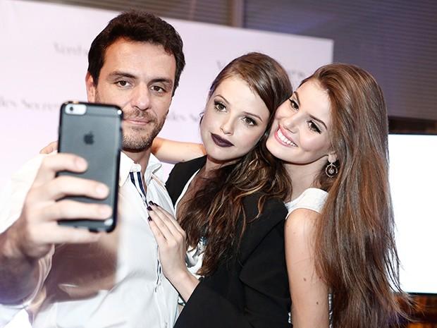 Rodrigo Lombardi faz um selfie com Camila e Agatha Moreira (Foto: Inácio Moraes / Gshow)
