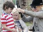 Gwen Stefani leva os filhos para pescar em lagoa na Califórnia