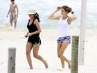 Visivelmente mais magra, Grazi Massafera corre em praia na Zona Oeste do Rio