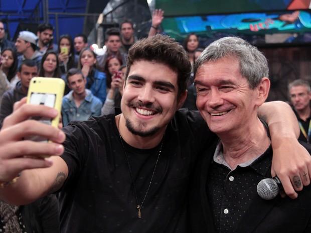 Caio Castro faz um selfie com o apresentador Serginho Groisman (Foto: TV Globo/Altas Horas)