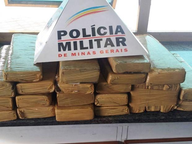Vinte e dois tabletes de maconha, de aproximadamente um quilo cada, foram apreendidos no fim da tarde desta sexta-feira (29), na BR-494, em Divinópolis (Foto: Cleber Corrêa/G1)