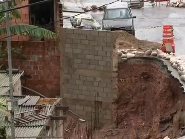 Situação de cratera piora por causa da chuva (Foto: Reprodução/TV TEM)