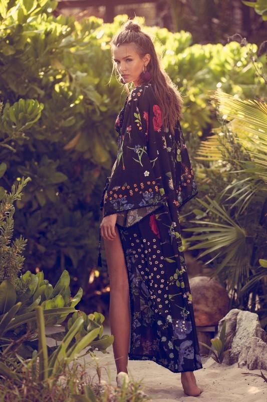 Josephine Skriver exibe suas curvas em campanha de moda praia (Foto: Divulgação)