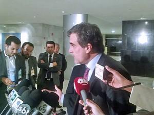 Ministro José Eduardo Cardozo concede entrevista após reunião sobre imigrantes haitianos (Foto: Henrique Arcoverde / G1)