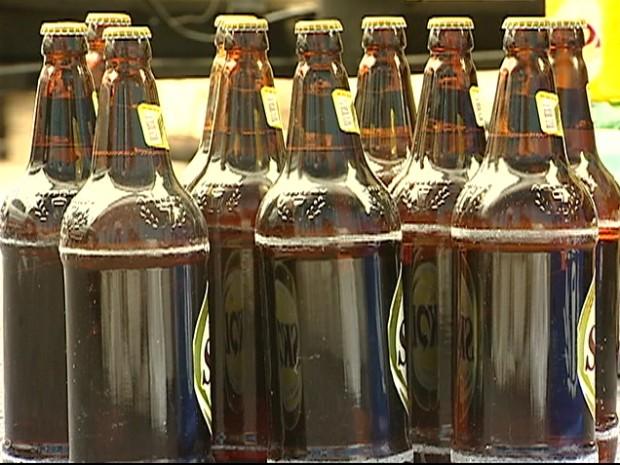 As 40 grades de cerveja, equivalentes à 160 garrafas da bebida, foram recuperadas no momento da tentativa de roubo. (Foto: Reprodução/TV Gazeta)