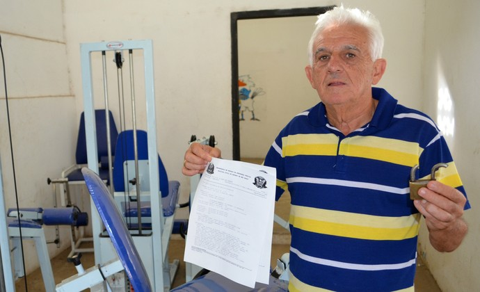 Geléia, presidente do São José-SP, apresenta cadeado quebrado e boletim de ocorrência (Foto: Danilo Sardinha/GloboEsporte.com)
