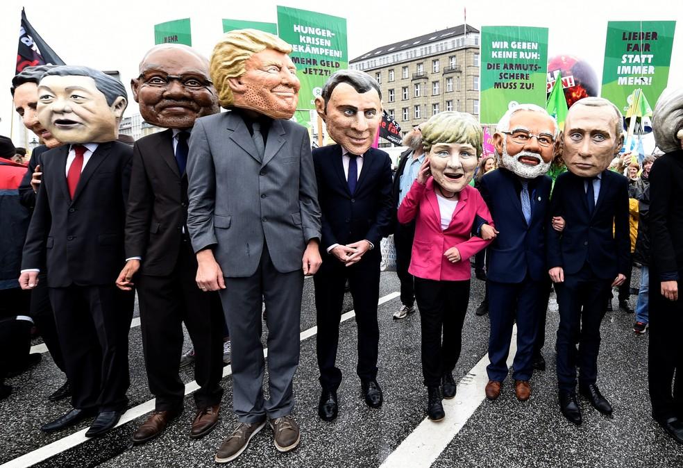 Bonecos gigantes representam líderes do G20 em protesto em Hamburgo, na Alemanha (Foto: Fabian Bimmer/Reuters)