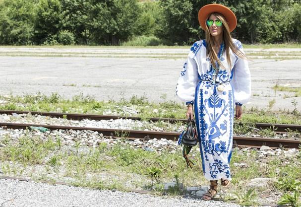 Anna Dello Russo completa o look boho com chapéu de feltro e colares étnicos  (Foto: Agência Fotosite)