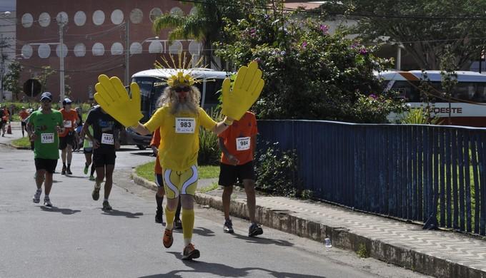 Com muita criatividade corredor prestigia prova em Poços de Caldas (MG) (Foto: Lúcia Ribeiro)