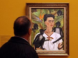 Homem observa pintura de Frida Kahlo em museu de Viena. (Foto: Dieter Nagl/AFP)