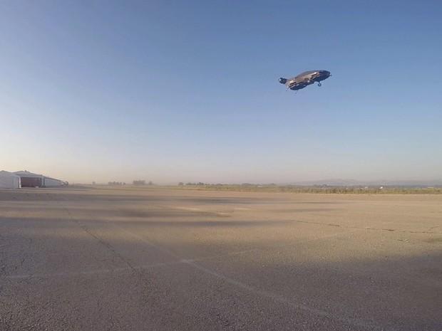 Empresa diz que carro voador pode atingir velocidades de até 185 km, ficar no ar durante uma hora e transportar até 500 kg. (Foto: Urban Aeronautics/Tactical Robotics via AP)